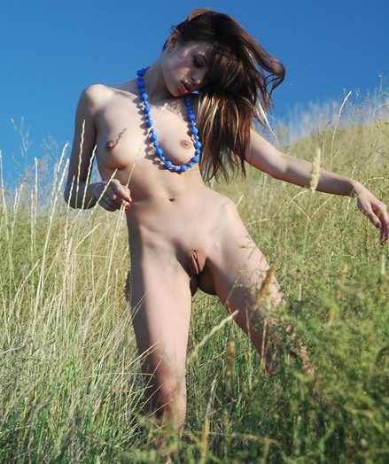 Clean-shaven super-sexy brown-haired stunner posing bare outdoors