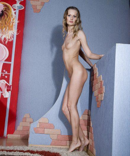 Wonderful gorgeous crunchy blondie Katerina showcases her miserly hairless pussylips