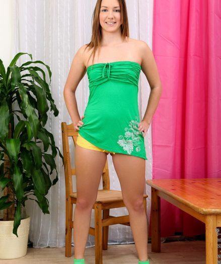 Teenies Bella Lynn in naughty-amateur