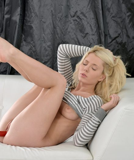 Teens Polli in white-couch