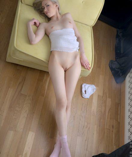 Teens Kamilla in sexy-blonde