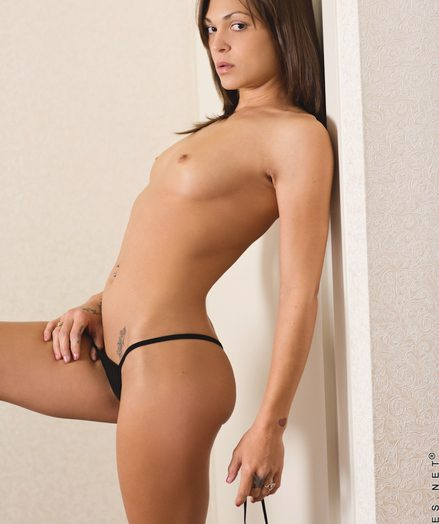 Nubiles Olivia Wilder adjacent to nude-model