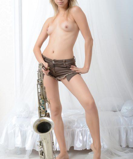Uber-cute saxophonist