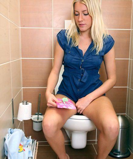 Маструбируют туалетах общественых женщины в
