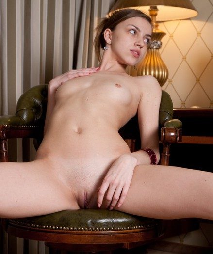 Skokoff's Arina promulgation her gams and flashing her smooth-shaven labia